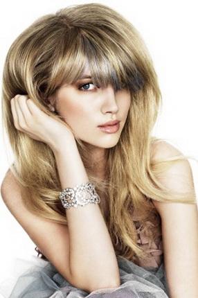 Модные прически 2011 - простота.  Очень длинные волосы, естественно рассыпавшиеся по плечам...