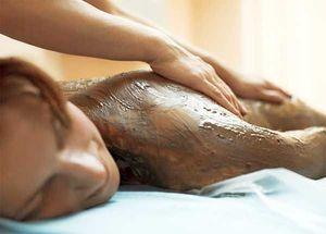 Медовое обертывание стимулирует обменные процессы кожи и в подкожно-жировой...