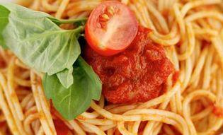 Спагетти с томатным коктейлем.